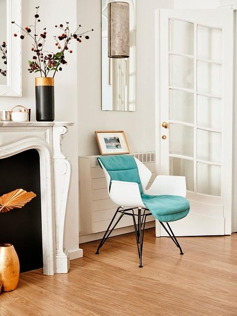 Designersessel im Wohnzimmer neben einem großen Kamin
