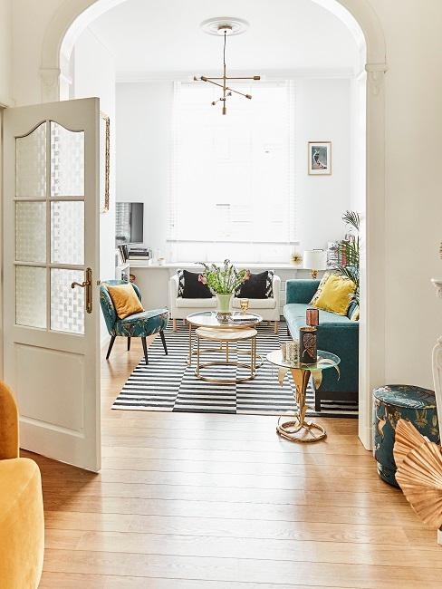 Design-Wohnzimmer mit verschiedenen Designermöbeln