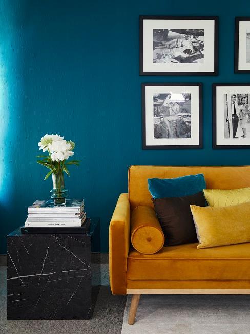 Luxuriöses Wohnzimmer mit einem Sofa und einem Beistelltisch in Marmor-Optik