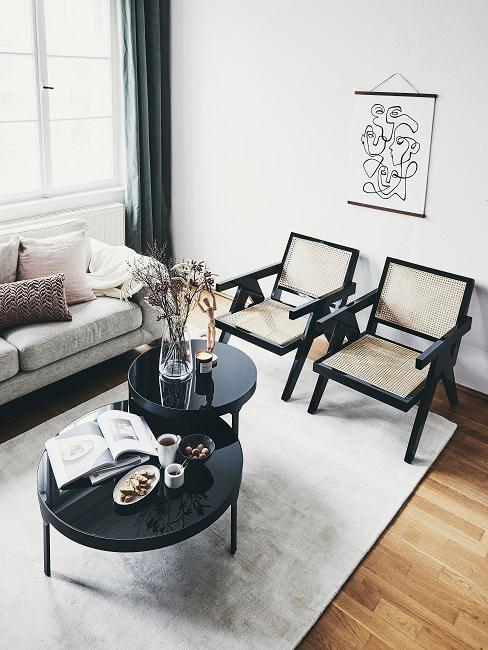 Design-Wohnzimmer mit schwarzen Couchtischen und zwei Stühlen aus Wiener Geflecht mit schwarzen Rändern