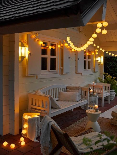 Leuchtende Lichterketten an einem Gartenhaus