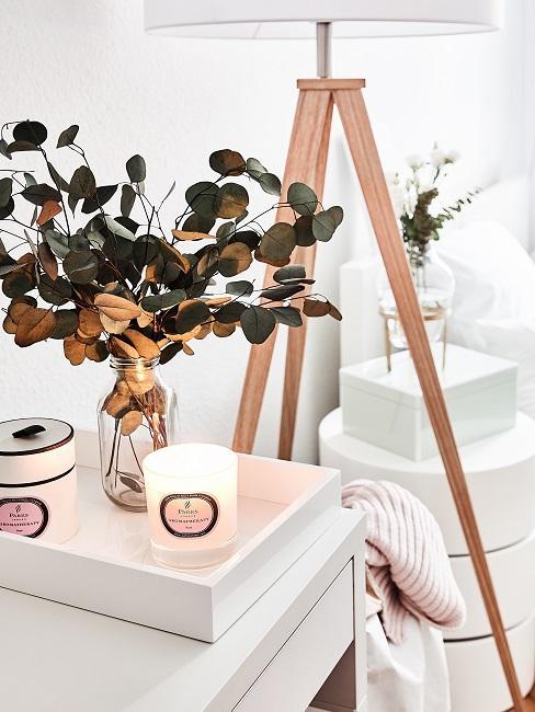 Eukalyptus in einer kleinen Vase auf einem kleinen Deko-Tablett.