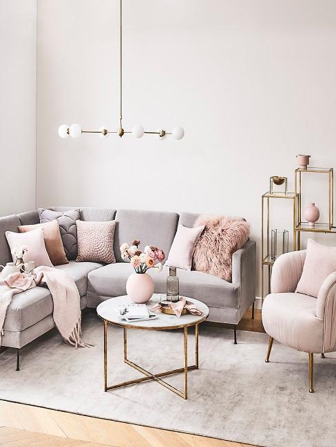 Gemütliches Wohnzimmer mit bequemen Möbeln und Kissen und Decken.