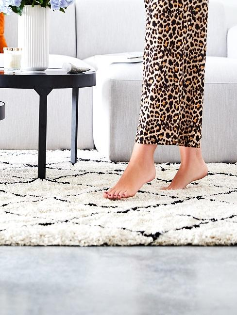 Gemütliches Wohnzimmer mit einem weichen Beni-Ourain-Teppich in Schwarz und Weiß.