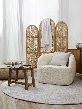 Sessel, Kissen und Teppich in Ecru Farbe