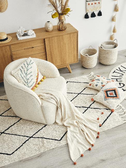 Weißer Sessel, Kissen, Decke und Teppich im Folklore Style
