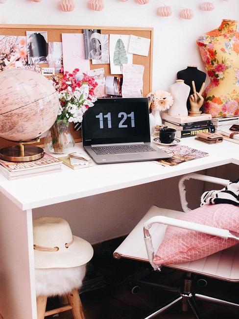 Schreibtisch mit viel Deko und Laptop in der Farbe Rosa