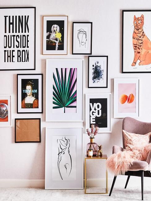 Wandcollage aus vielen Bildern in einem Büro, davor ein kleiner beistelltisch mit Deko neben einem Stuhl aus Samt