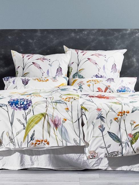 Florale Bettwäsche auf dem Boxspring-Bett.