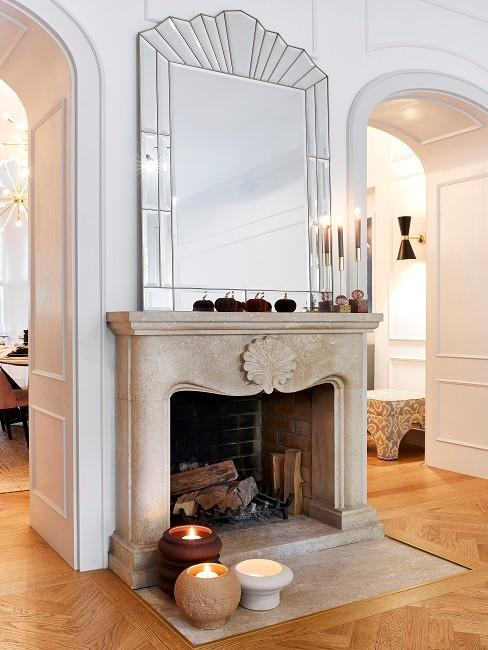 Kaminzimmer mit Kamin, großem Spiegel und Kerzen
