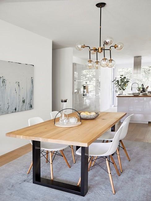 Großes Esszimmer skandinavisch mit weißen Stühlen, Holztisch, grauem Teppich