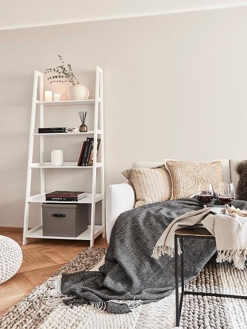 Weiße Holzleiter als Deko im Wohnraum.