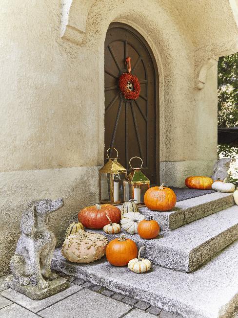 Herbstliche Haustür Deko mit Laternen, Kranz und Kürbissen