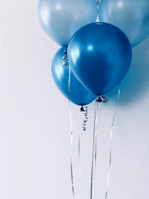 Partyraum einrichten: blaue Luftballons