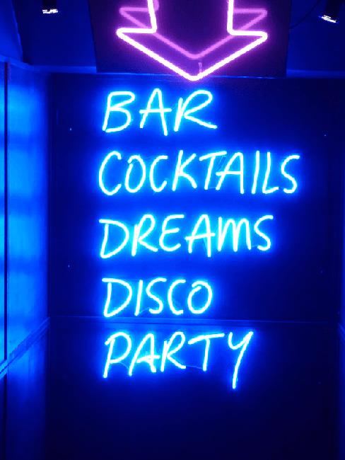 Partyraum einrichten: Blaue Leuchtschrift