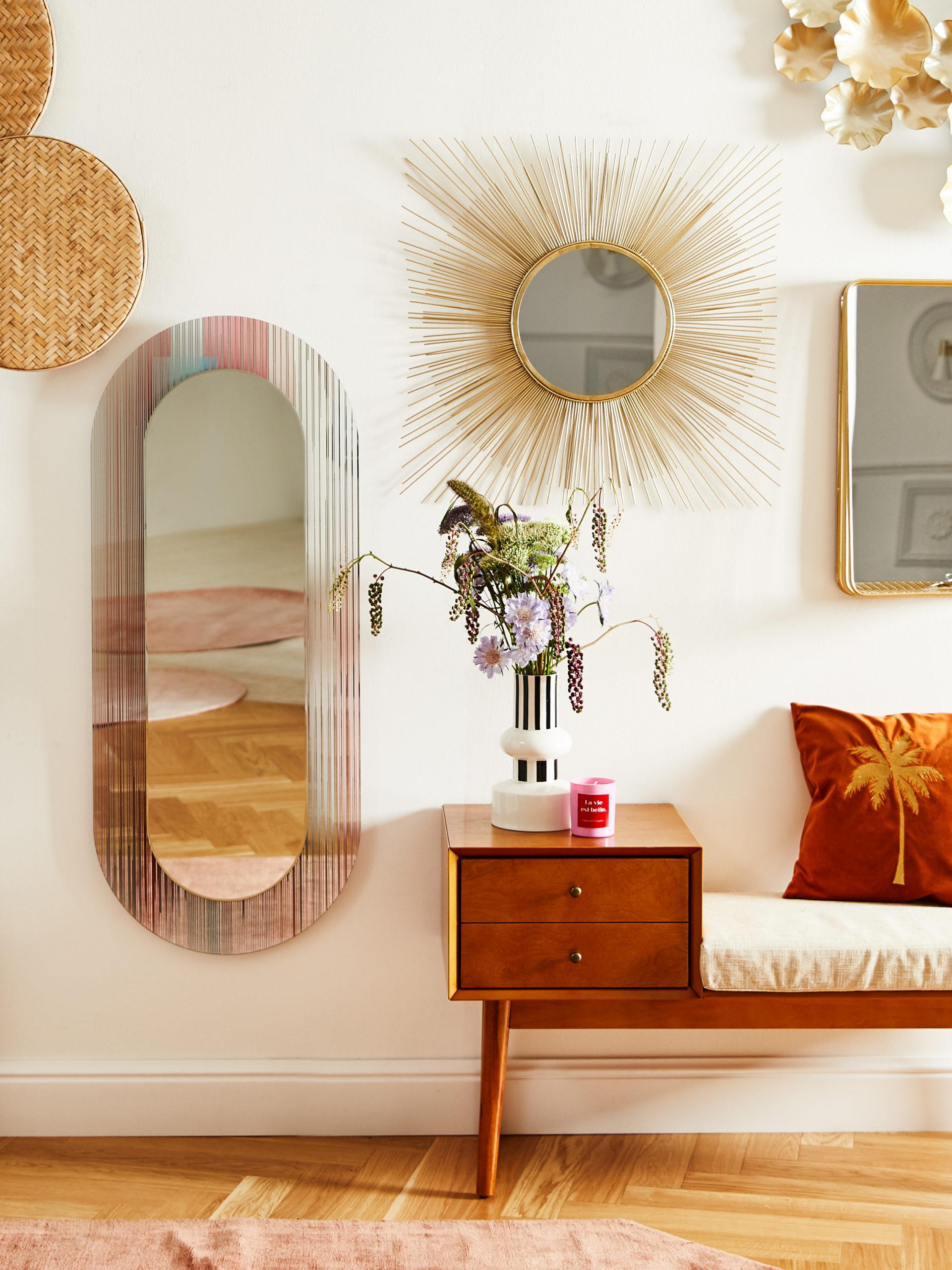 Mehrere Spiegel in Gold an der Wand