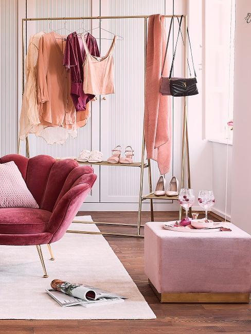 Kleiderstange mit einzelnen Kleiderstücken in Rosa