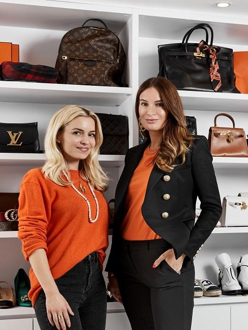 Delia und Lena vor einem Taschenregal