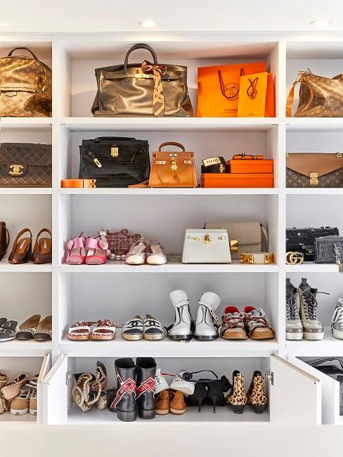 Luxus-Designertaschen im offenen Regal im Ankleidezimmer