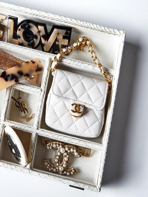 Chanel Mini-Handtaschen in einer Aufbewahrungsbox