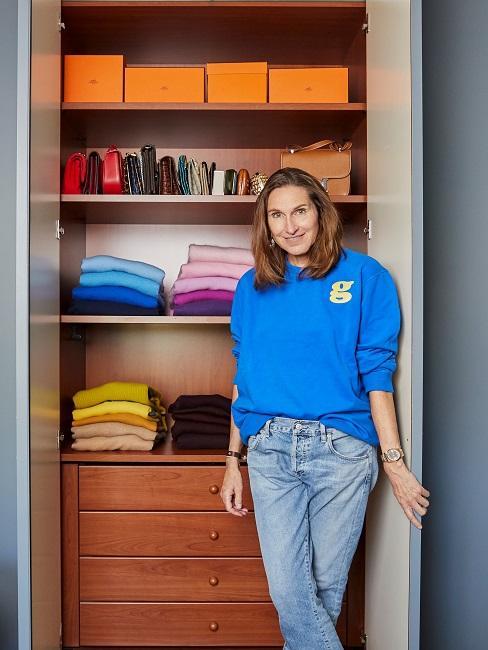 Fashion Ikone Anette Weber vor Ihrem Kleiderschrank
