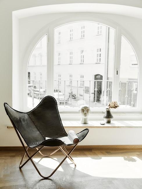 Fensterbank Deko Erinnerungsstücke mit schwarzem Sessel