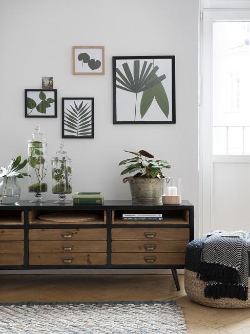 Bilder aufhängen in der Reihe über Sideboard mit Pflanzen