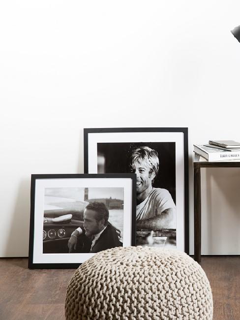 Bilder auf dem Boden neben Tisch