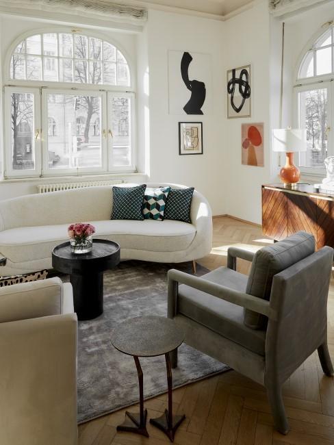 New Heritage Wohnzimmer mit Sesseln, Beistelltischen, Sofa und Kommode