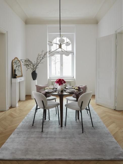 New Heritage Esszimmer mit Tisch, Teppich, Stühlen und Leuchte