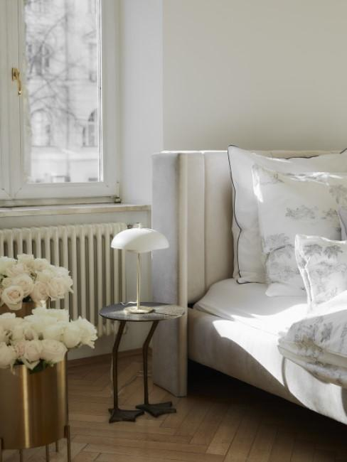 New Heritage Schlafzimmer mit Beistelltisch, Lampe und Übertöpfen