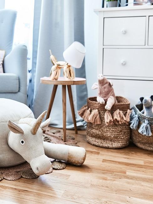 Korb Deko gefüllt mit Kuscheltieren im Kinderzimmer