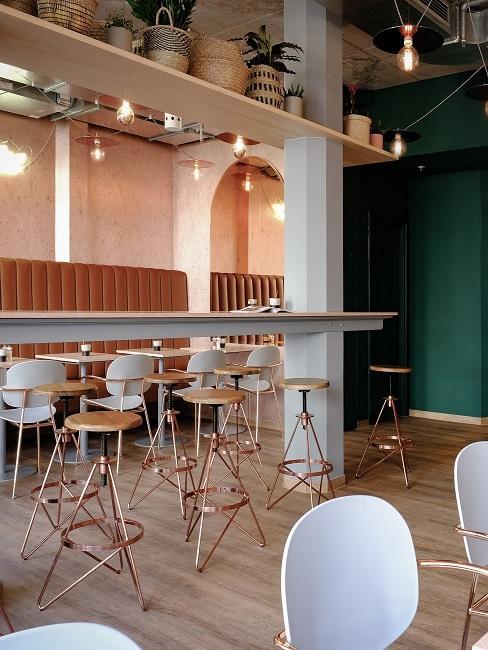 Esszimmer dekorieren Restaurant mit Hockern und hohen Tischen
