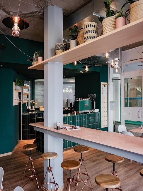 Esszimmer dekorieren Restaurant mit Hockern und hohen, schmalen Tischen in rosa
