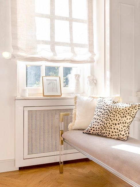 Heritage Style Sofa mit gemusterten Kissen