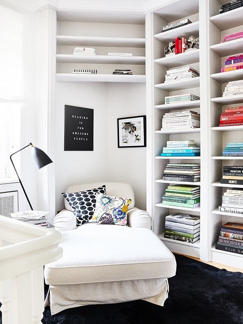 Bücherregal Ideen: Farbliche Anordnung der Bücher im Regal in Schlafzimmer neben kleinem Bett
