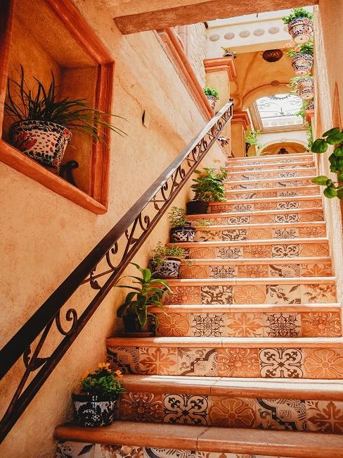 Treppenhaus gestalten mit Pflanzen und bunten Fliesen