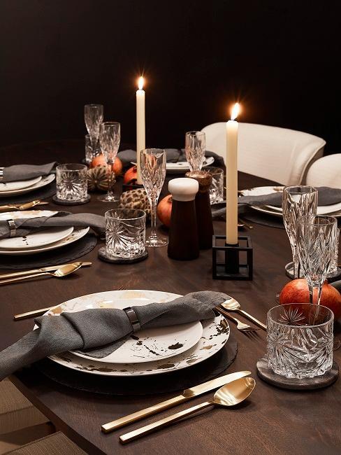 Holztisch mit winterlicher Chalet Deko, gemütlichen Kerzen und Farben