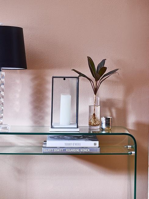 Wandgestaltung Flur mit beiger Farbe und Konsole mit Kerze, Lampe und Pflanze