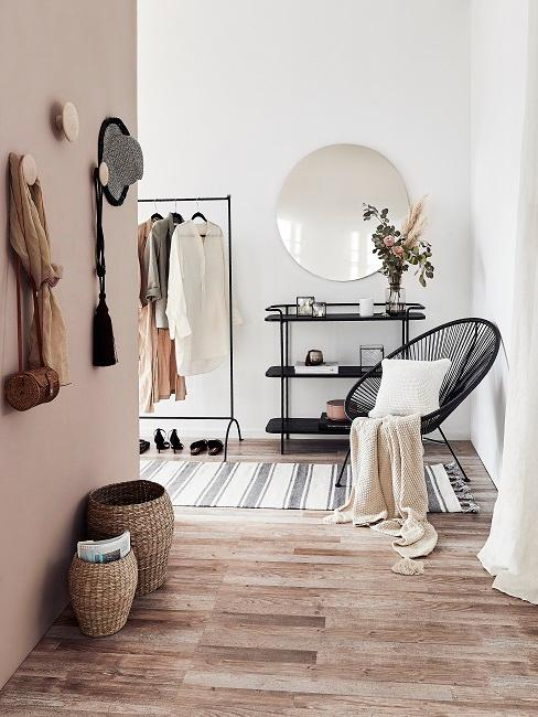 Wandgestaltung Flur mit Kleiderhaken, Körben, rundem Spiegel, Konsole, Kleiderstange und Acapulco Stuhl mit Kissen