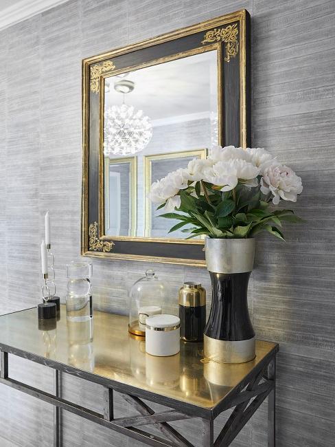 Wandgestaltung Flur mit goldenem Spiegel und goldener Konsole mit Blumenvase und Kerzen