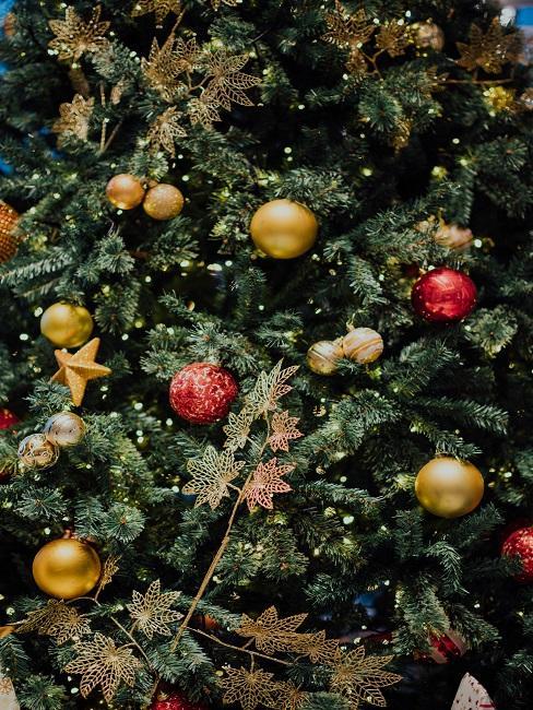 Ein Weihnachtsbaum von nahem mit Kugeln und weiterer Deko