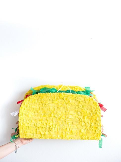 Taco Pinata vor weißem Hintergrund