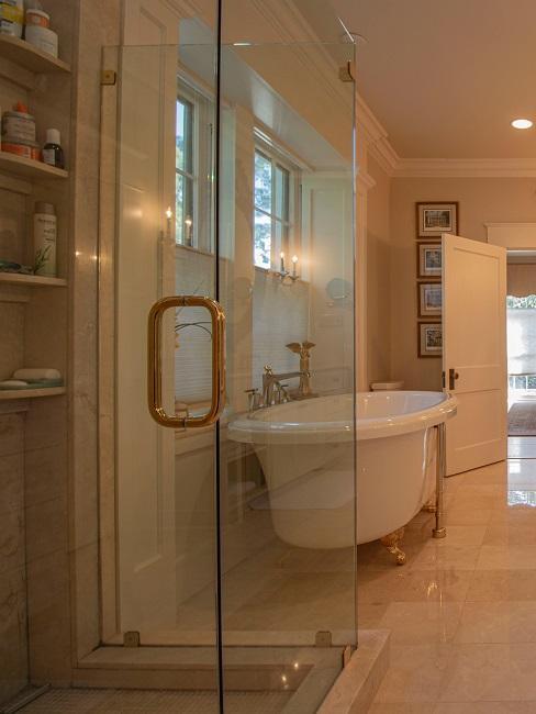 Luxus Badezimmer in Weiß.