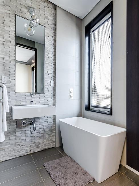 Luxus Badezimmer mit Stein Fliesen.