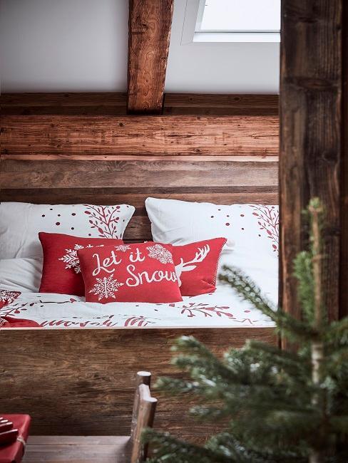 Bettwäsche mit Winter-Look auf dem Bett.