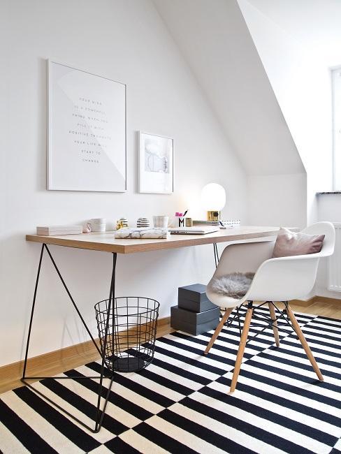 Atelier einrichten mit Bildern, Schriebtisch, schwarz-weißen Teppich, Stuhl, Kissen und Korb