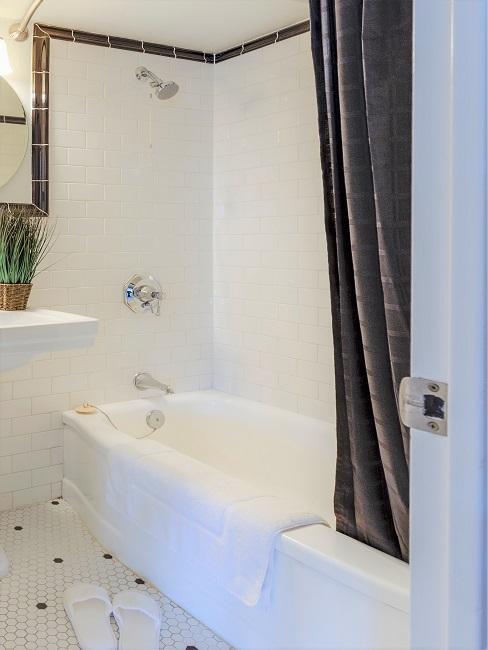 Duschvorhang in Grau in weißem Bad