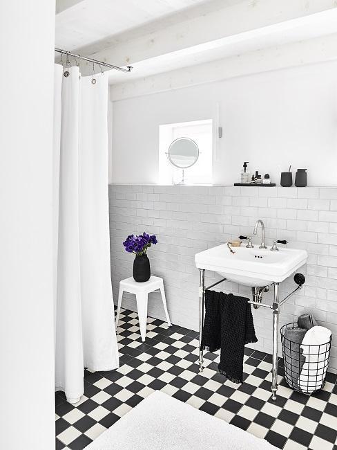 Schwarz-Weißes Bad mit weißem Duschvorhang