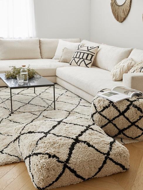 Schwarz-weißes Wohnzimmer mit Couch und Bodenkissen